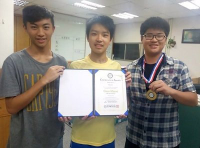 (左起)賴加衍、蔡鴻源、蔡丞凱發明的多功能之助行器,獲得一面金牌。 中華創新發明...