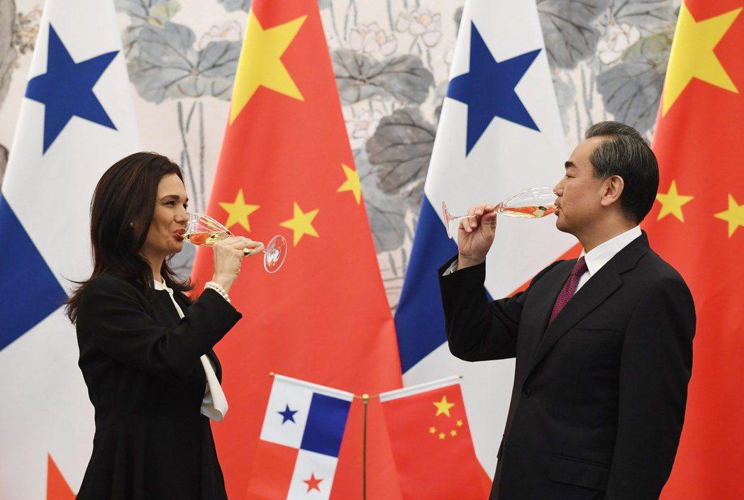中國與巴拿馬建交、在美國「後院」灑錢,不需要動用武力,也不需要流血,但當然也不會...
