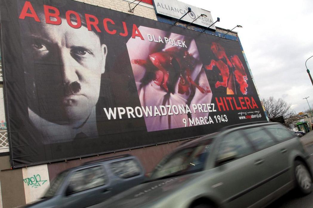 反墮胎團體在波茲南刊登的廣告看板:「希特勒在1944年時實行墮胎。」 圖/歐新社