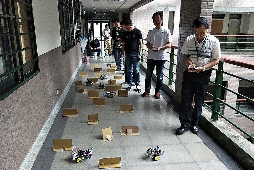華新麗華中高階主管用手機操控自己組裝的無人車。 中原大學/提供
