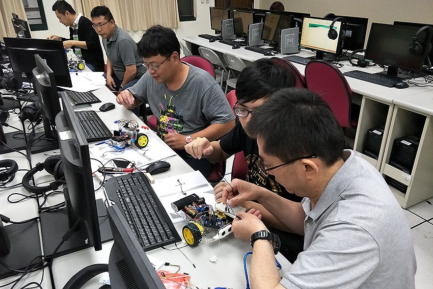 華新麗華中高階主管學習輸入電腦程式碼,並組裝無人車。 中原大學/提供