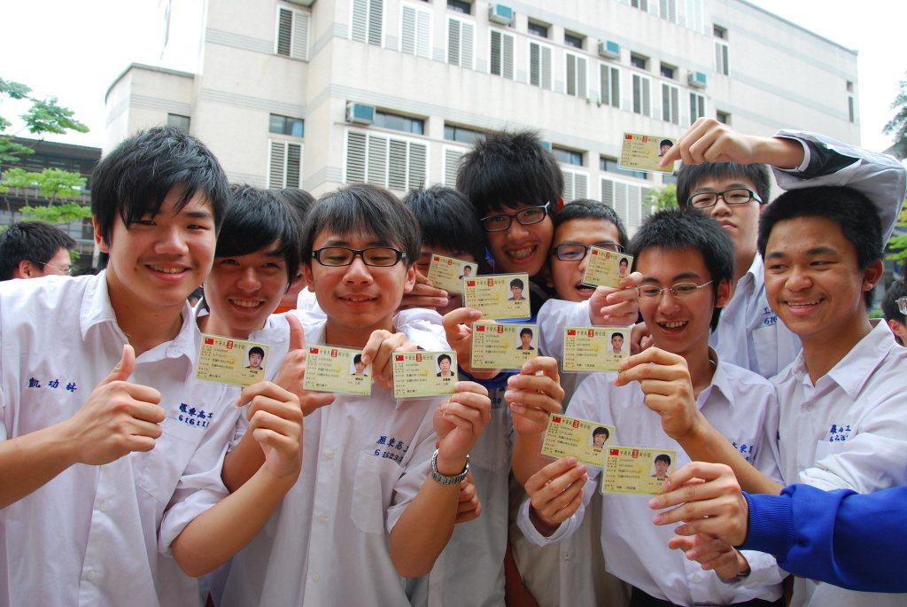 過去多年來被大環境引導去拚考技術士證、民間開辦的證書,這些學生究竟學了什麼?又有...
