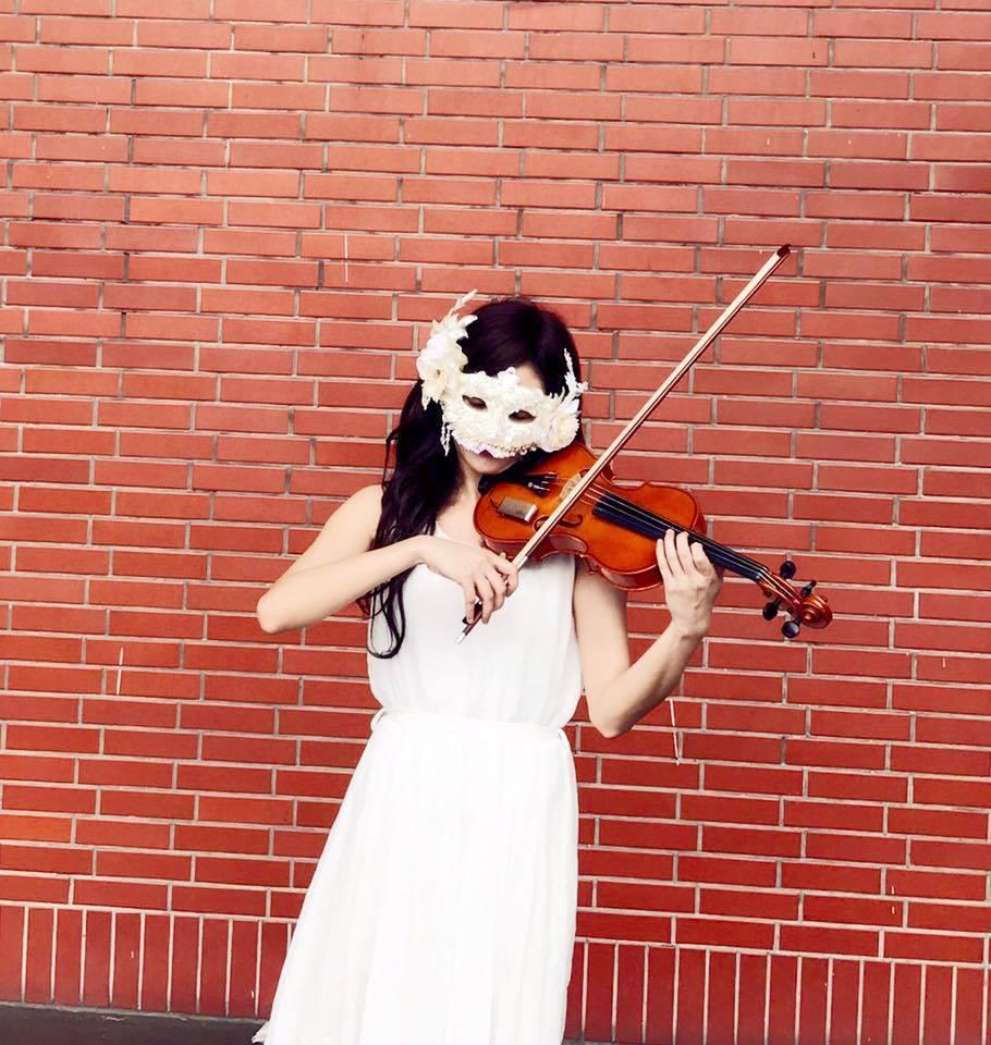 林逸欣在參加街頭藝人考試時,還特意戴上面具。 圖/擷自林逸欣臉書