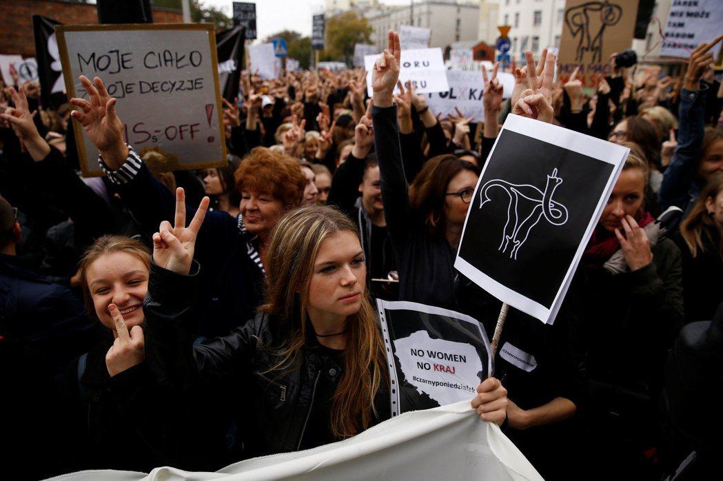 憤怒的波蘭女性,在全國發起了「黑色示威」。 圖/路透社