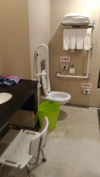宜蘭縣政府打造樂齡友善旅遊,飯店業者房間增設扶手、座椅、求助鈴、無障礙空間等,打...