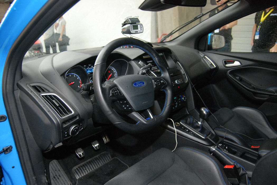 藍色車縫線與兩張 Recaro 賽車座椅使整個車室相當熱血。 記者林鼎智/攝影