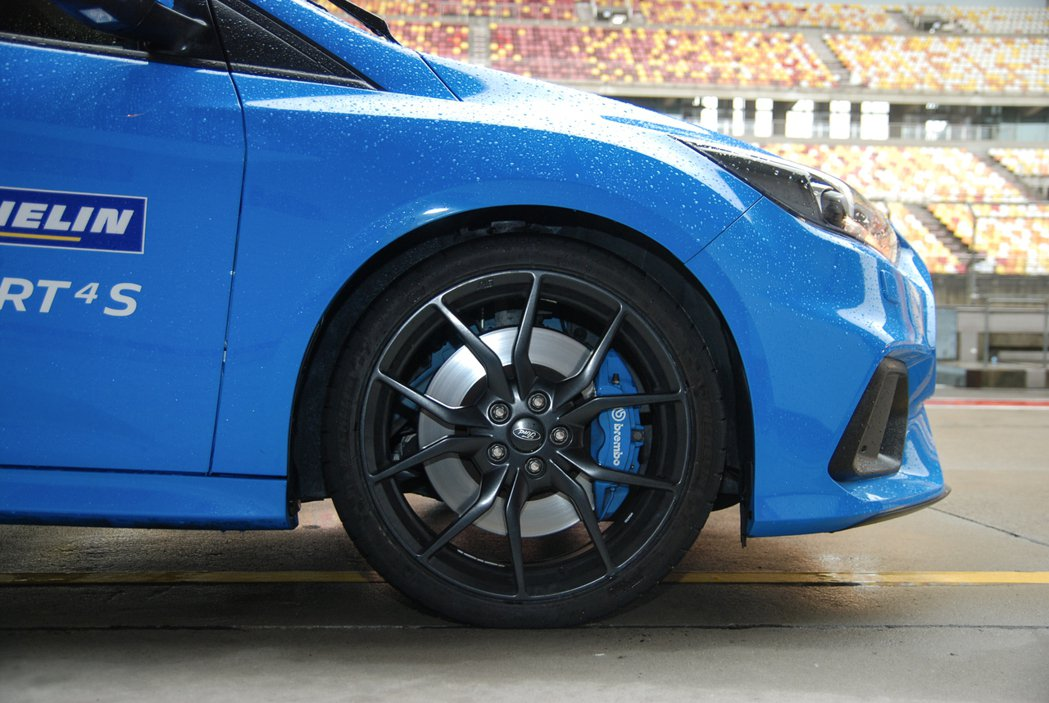 Focus RS 原車配備 18 吋輪框與亮藍塗裝的 Brembo 卡鉗。 記者...