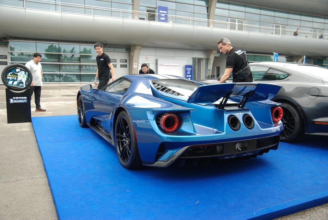Ford GT 的尾翼與車尾設計相當吸睛! 記者林鼎智/攝影