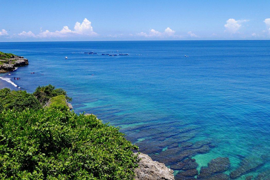 登上望海亭即可鳥瞰小琉球周邊海岸美景。 記者陳威任/攝影
