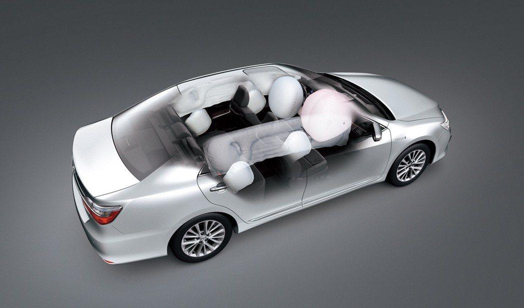 全新Camry Hybrid全等級標配7具SRS氣囊及BSM盲點偵測警示系統。圖/和泰汽車提供