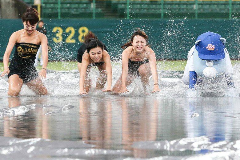 以前遇到球場積水還可以看中職最強吉祥物大義帶女孩們玩耍,現在雨越來越大,應該好想...