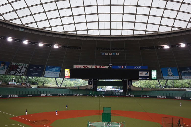日本西武巨蛋是一座露天球場再加上屋頂,台灣近年也有類似的構想,只是還沒有企業願意...