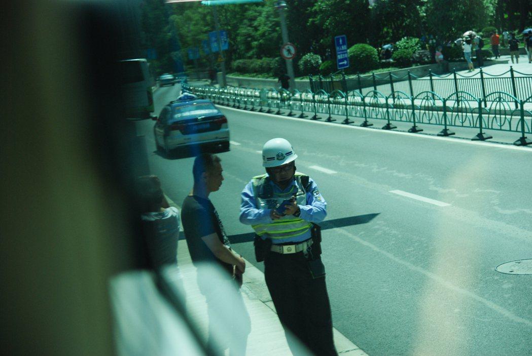 上海當地考照制度嚴苛,若駕駛在一年中因交通違規被扣滿 12 點後便將會被吊銷駕照...