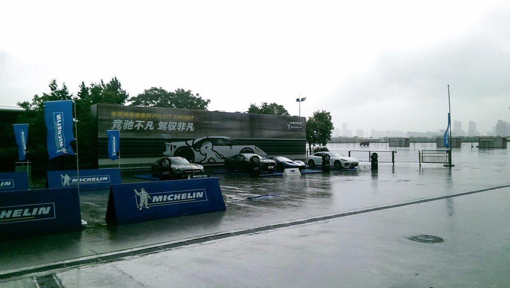 看著 Ford GT 在外面淋雨,好讓人心痛啊...。 記者林鼎智/攝影
