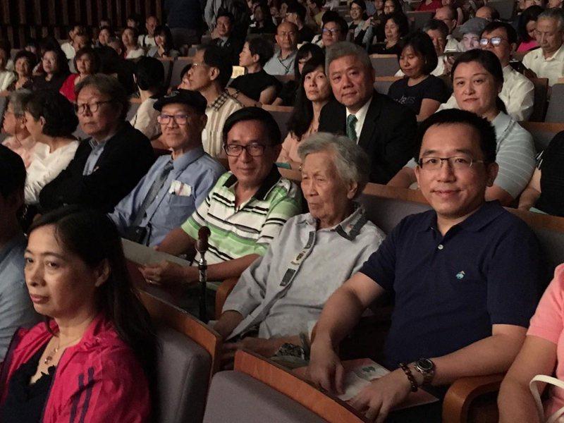 前總統陳水扁(中)遭台中監獄宣告禁足,綠營立委紛紛站台批評中監越權,而藍營則諷刺...
