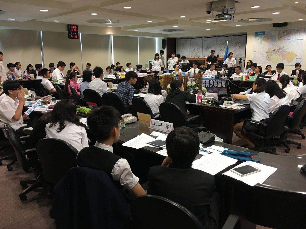 汐止青山國中小舉辦「模擬聯合國會議」,學生扮演各國大使,展開國對國的商談與論辯,...