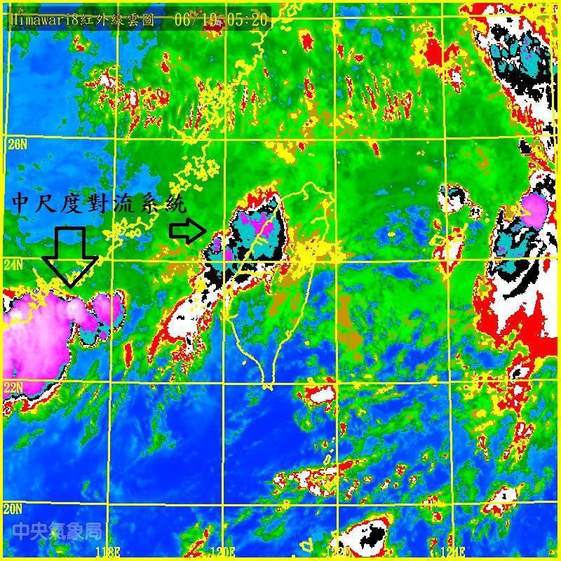中央氣象局氣象科技研究中心主任鄭明典在臉書表示,現在位於台灣西南方向有一個還在發...