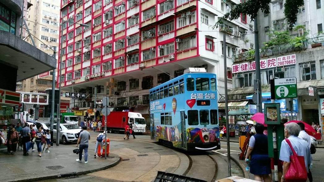 台東縣政府行銷熱氣球,今年持續以叮叮車在香港街頭進行宣傳。圖/台東縣政府提供