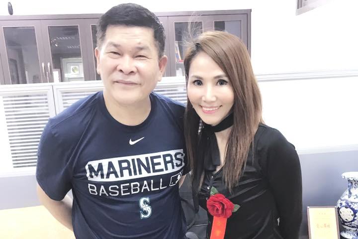 前偶像少女團體「星星月亮太陽」成員胡曉菁(右),將擔任遠東科大流行音樂學系系主任...