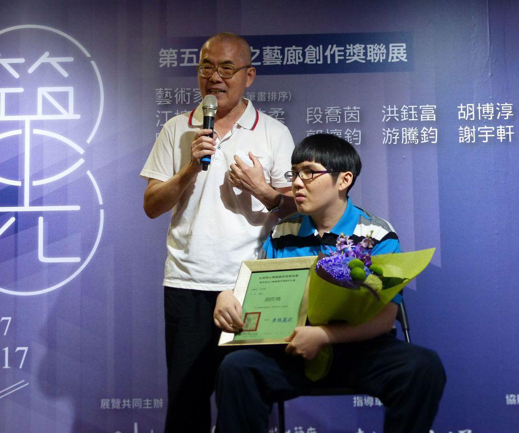 洪鈺富(右)的父親(左)說明一路陪伴兒子的心路歷程。記者趙容萱/攝影