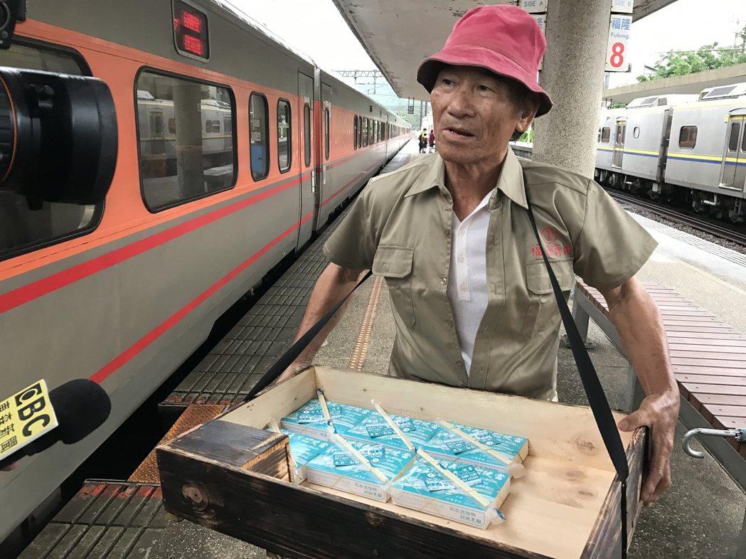 黃博武說,清晨往台北的那班車,坐滿從頭城上車的「扁擔族」,整個車廂都是要去台北賣...