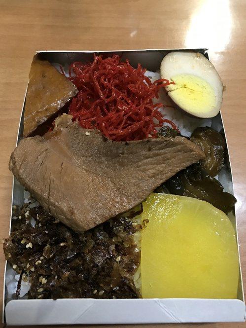 這是最古早味的福便月台便當,因早年沒冰箱,便當配菜用柴魚、醬菜等乾料,比較耐久放...