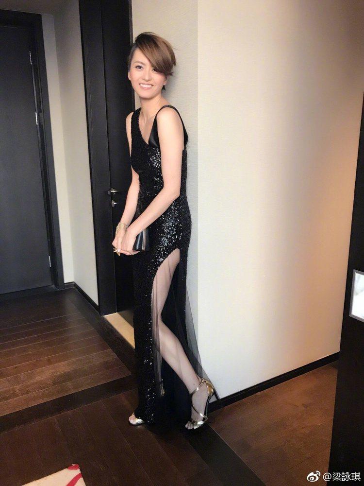 不老女神梁詠琪的紅毯造型,大秀修長美腿,真的是名符其實的「高妹」。圖/摘自微博