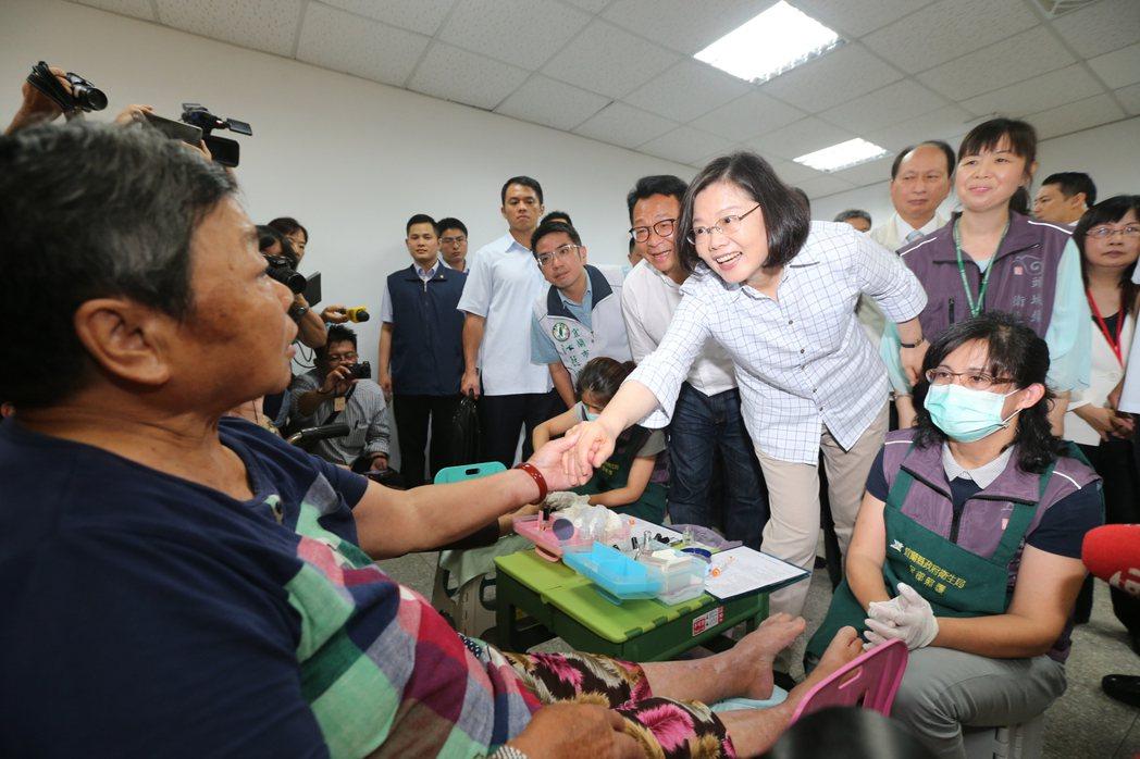 蔡英文總統(右二)上午來到宜蘭頭城衛生所,視察糖尿病老人足部護理的處理措施。記者...