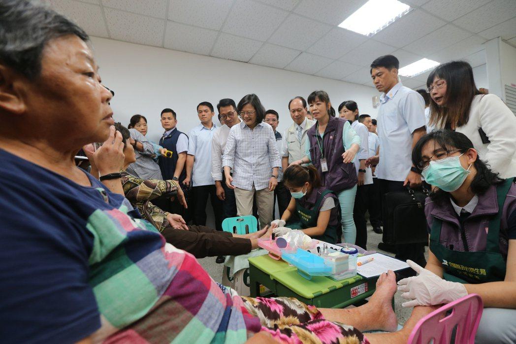 蔡英文總統(中)上午來到宜蘭頭城衛生所,視察糖尿病老人足部護理的處理措施。記者許...