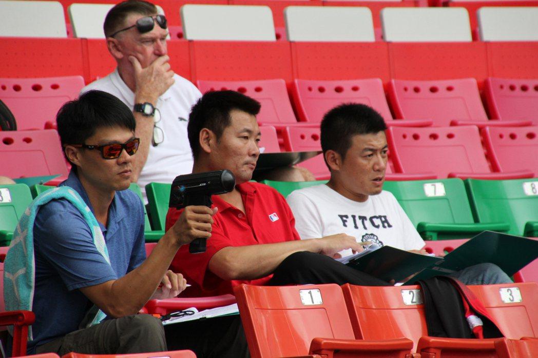 統一獅隊由代總教練黃甘霖帶領球探、教練團觀看測試會。記者葉姵妤/攝影