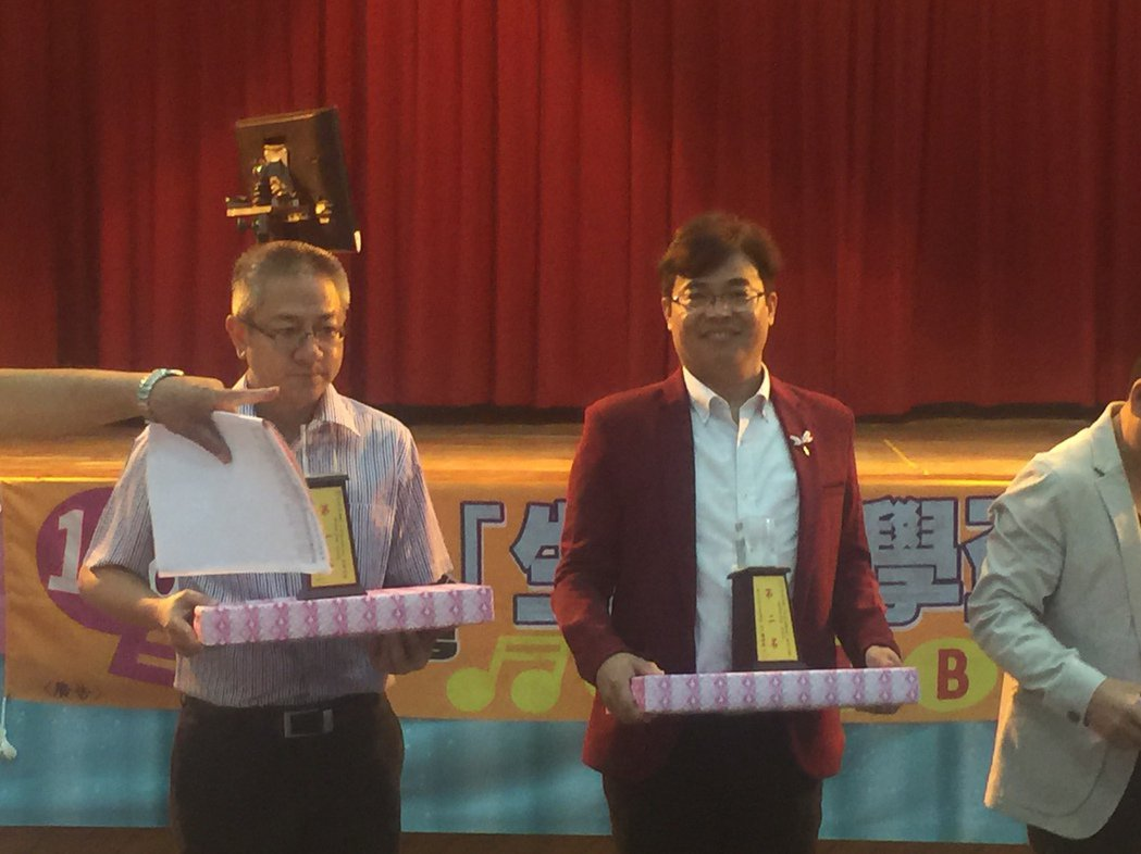 林俊男(左二)在南台灣生活美學盃歌唱比賽獲社青組第二名。記者吳政修/攝影