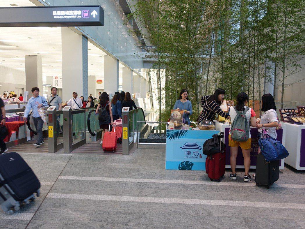 微風廣場在機場捷運A1站推「微夏市集」,共網羅12家各式名品伴手禮。圖/微風廣場...