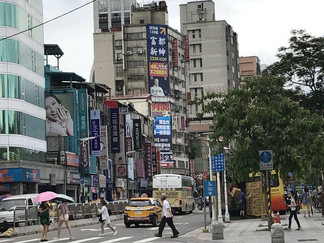 萬華區房價較低,不少民眾當作是新婚購屋第一站。  記者游智文/攝影