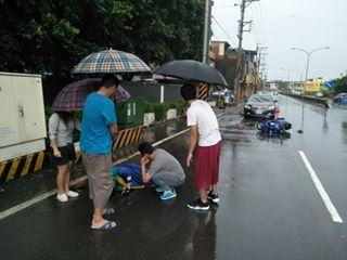 新竹縣昨晚有一幕動人的畫面,雖然都是不認識的陌生人,但在大雨中看見女騎士受傷倒地...