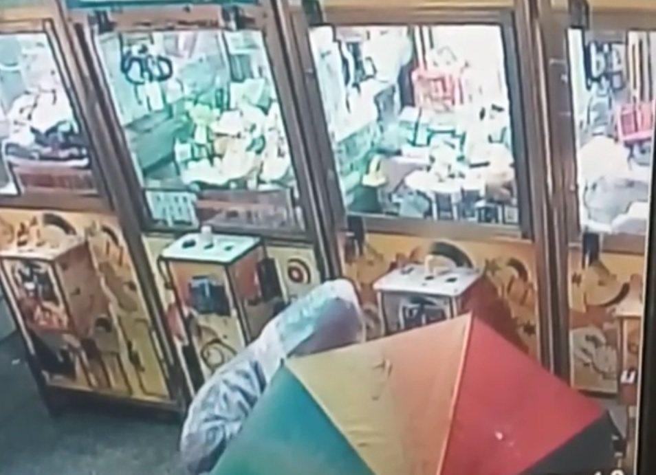 台中市張姓男子趁著近日連續大雨,以大傘為遮掩,竊取台中市多處夾娃娃機的現金。照片...