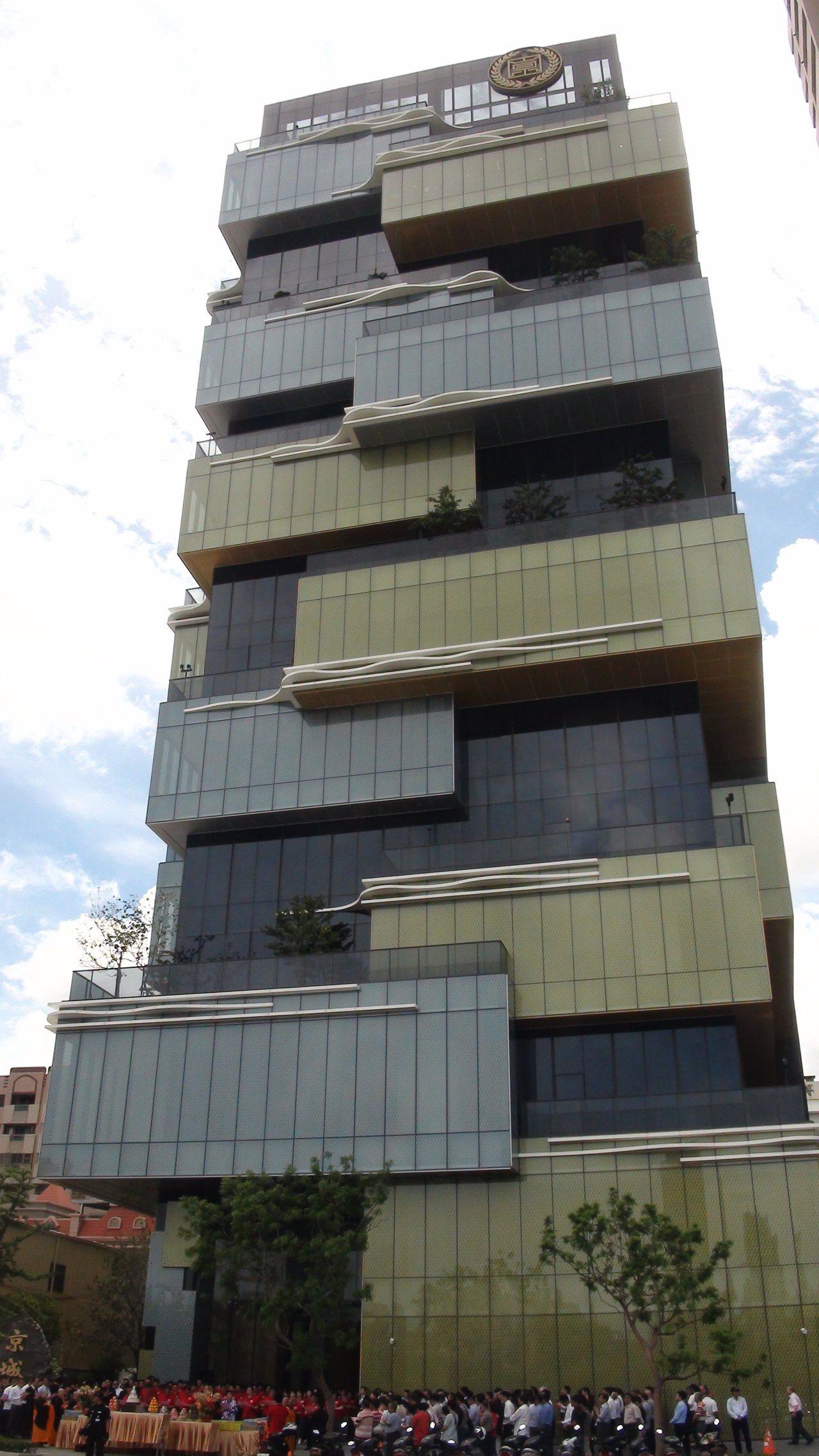 京城建設今天上午搬遷到新的總部大樓,位在高雄市左營區凹子底森林公園對面博愛路旁建