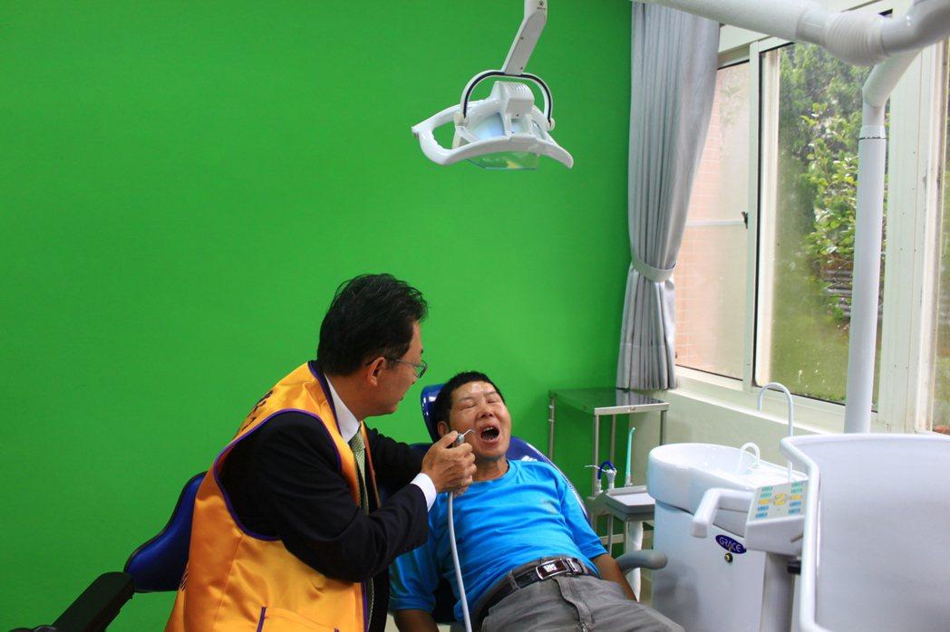 新的牙齒診療室,診療間牆面漆上明亮的綠漆,空間明亮舒適,窗外綠意盎然,能安撫院生...