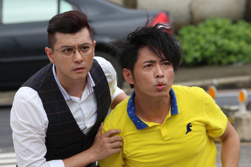 唐豐(左)與邱逸峰演出男男吻。圖/緯來提供