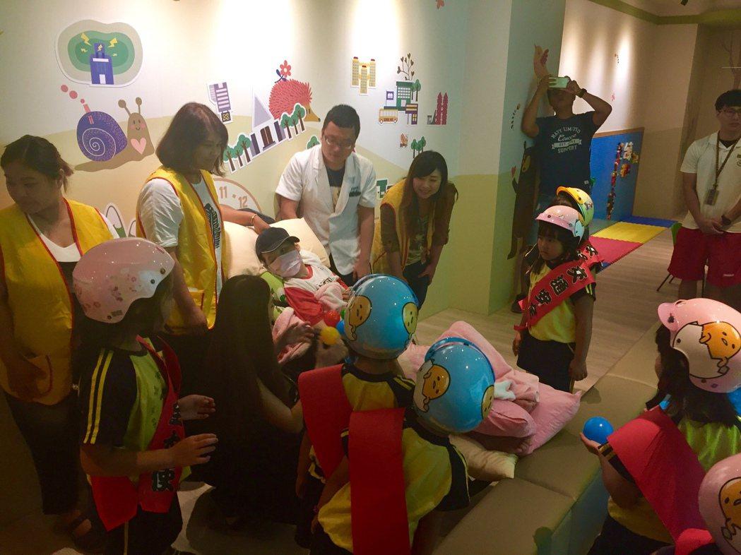 小朋友與植物人互動,一起宣傳公益童樂會。記者李蕙君/攝影