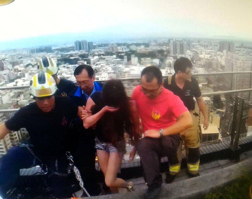 開元所長莊文輝(左三)及時將跳樓女子拉住,協助消防員救回一命,家屬非常感謝。記者...