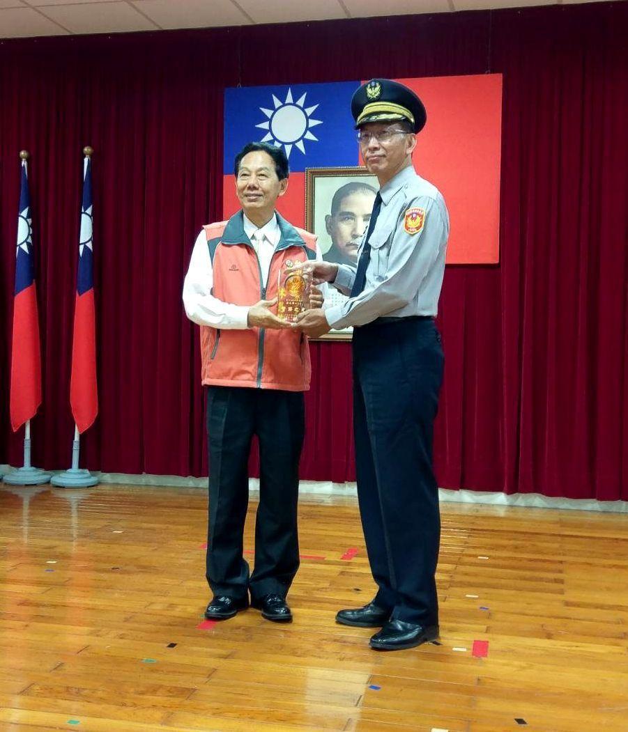 開元所長莊文輝(右)因表現優異,今年警察節再獲表揚。記者周宗禎/翻攝