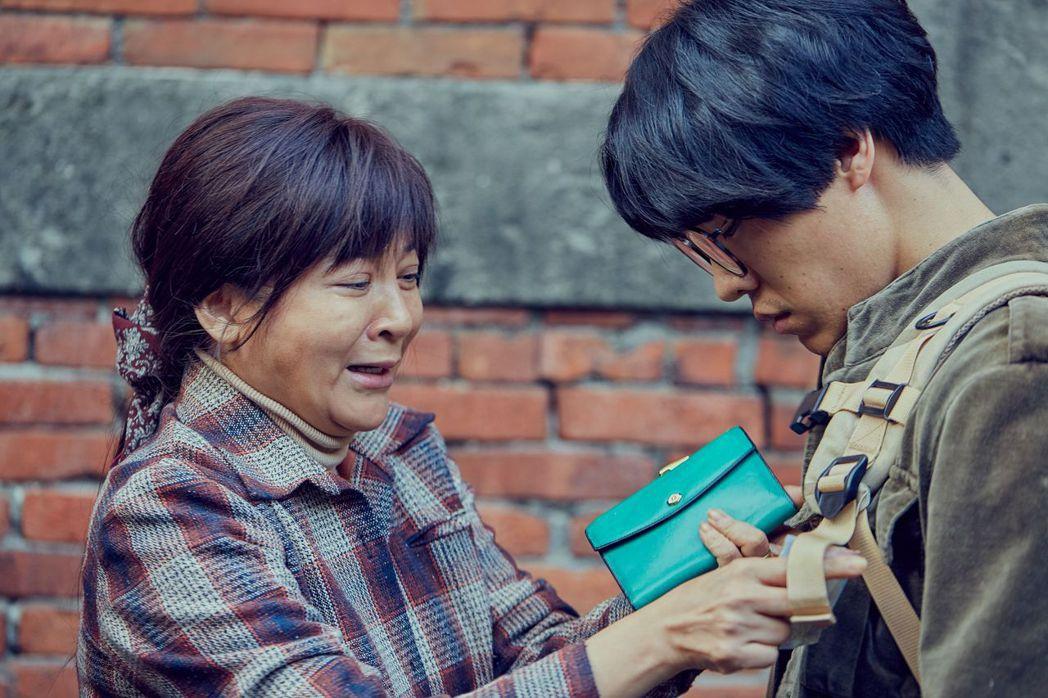 王彩樺(左)與盧廣仲演母子真情流露。圖/台視提供
