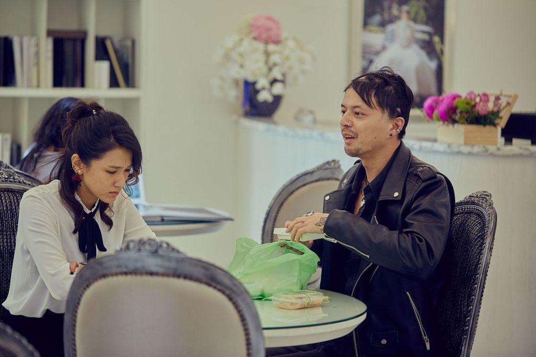 林意箴(左)和江常輝在「花甲男孩轉大人」中飾演情侶。圖/台視提供