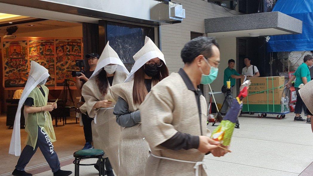 謝順福(右)帶領謝家子女進行「跑赦馬」儀式。記者林怡秀/攝影