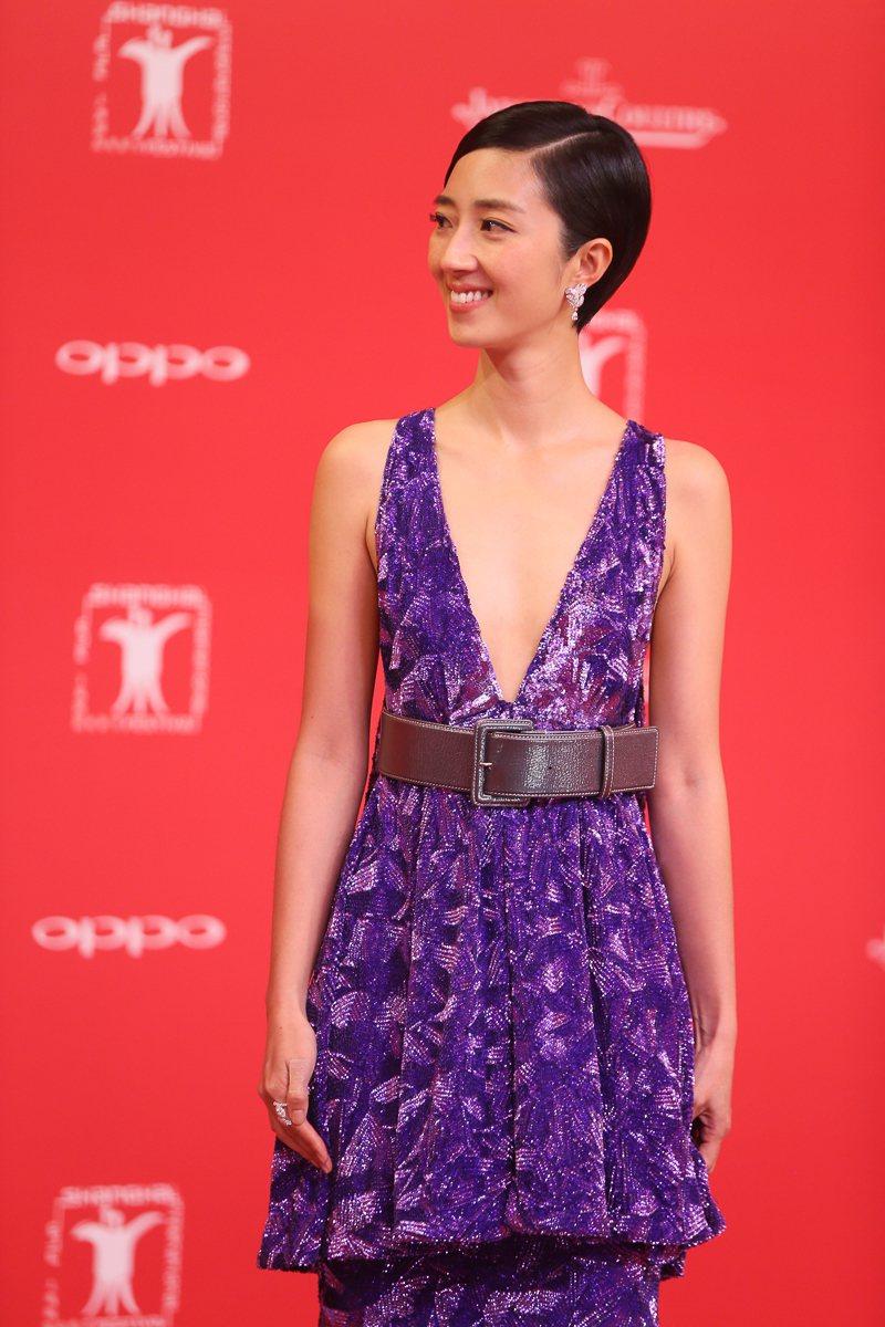 桂綸鎂穿著香奈兒2017春夏高級訂製服系列的一件紫色立體亮片刺繡禮服出席上海電影