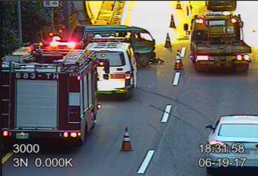 綠色廂型車自撞大竿林隧道口,駕駛自行脫困送醫治療。圖/高速公路局網站