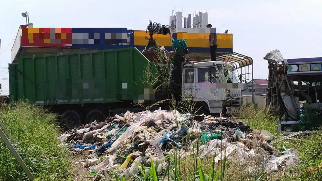 郭姓業者亂倒事業廢棄物,被查獲,須負責清完,還要面對法律制裁。圖/台中市環保局提...