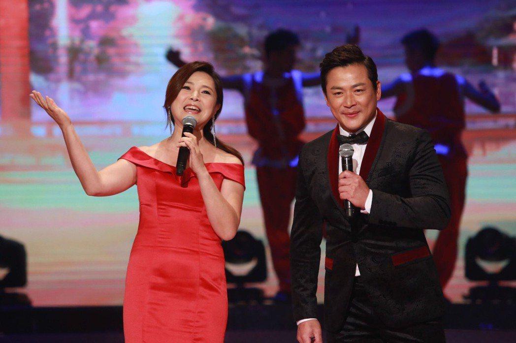張鳳書(左)和江宏恩出席民視台慶晚會。圖/民視提供