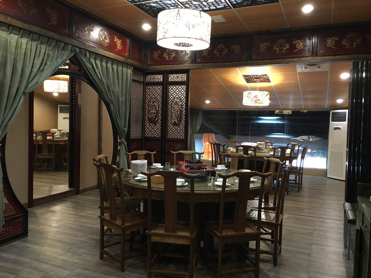 一品花雕雞台中旗艦店採中國風設計,可同時容納130餘人用餐。記者宋健生/攝影