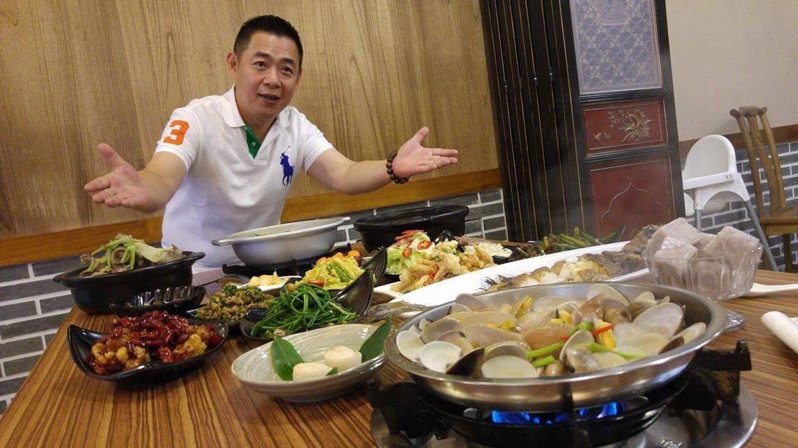 一品花雕雞是廣東名廚的私房經典名菜,以花雕酒與獨門醬料提鮮增香,一掀鍋香氣撲鼻,...